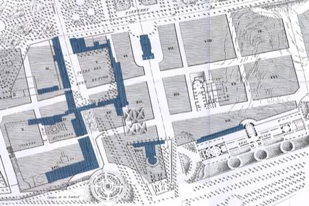 Plano de construcción del Ensanche. Ya se ha perdido el claustro plateresco. En azul los restos del Palacio del Buen Retiro.